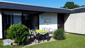 Sonnenterrasse mit Gartentisch
