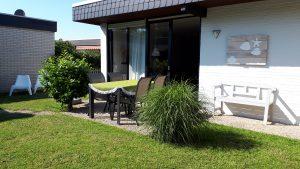 Schöne Terrasse mit großzügigem Gartentisch
